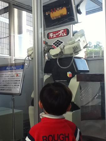 玄関の真横に展示されているロボット「キューブくん」