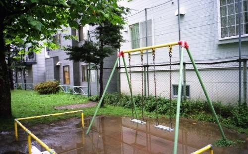 雨の日。住宅街のブランコ