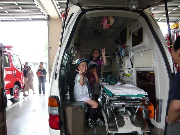 写真: 救急車に乗る子どもたち