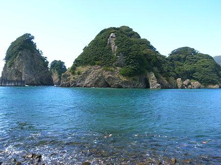田子・瀬浜海岸には鳥ヶ下、尊之山が浮かぶ