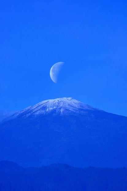 初雪鳥海山と月(多重露光)
