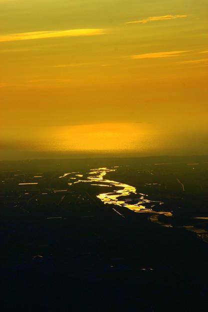 写真: 手取川と黄昏  黄金の川  奥には日本海が!