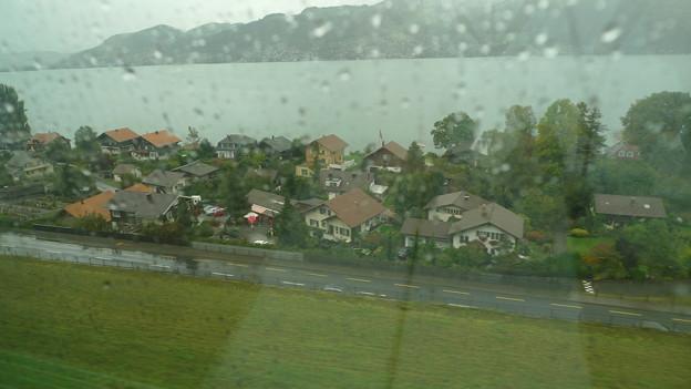トゥーン:IC内から眺める雨のトゥーン湖