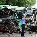 写真: 武漢での交通事故 バストミキサー車 (2)