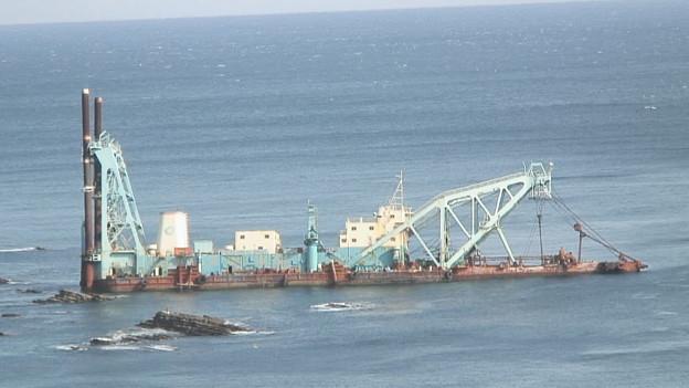 堀切峠近辺の海岸に座礁した浚渫(しゅんせつ)船 2