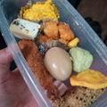 写真: 現場で余ったお弁当を回収!...