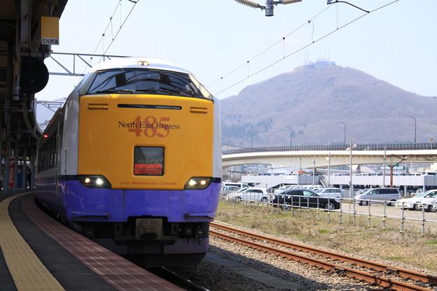 Photos: 函館駅 485系白鳥と函館山