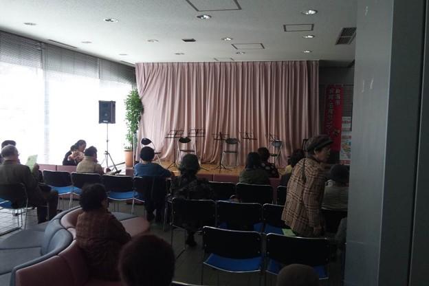 写真: 新潟市役所ロビーコンサート開始前のステージ