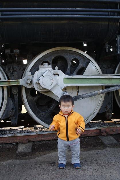 1歳の息子とSLの動輪