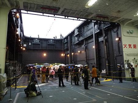 091024-ひゅうが 格納庫から船首リフター (16)