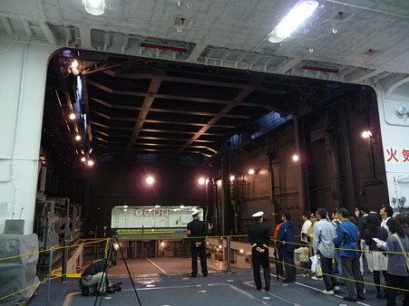091024-ひゅうが 格納庫から船首リフター (30)