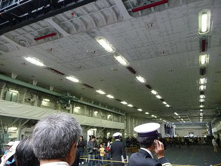 091024-ひゅうが 船首リフターに乗る (5)