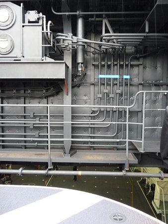 091024-ひゅうが 船首リフターに乗る (13)