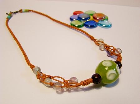 ドット柄のトンボ玉のネックレス