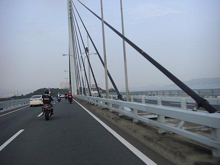 荒津大橋を渡ります