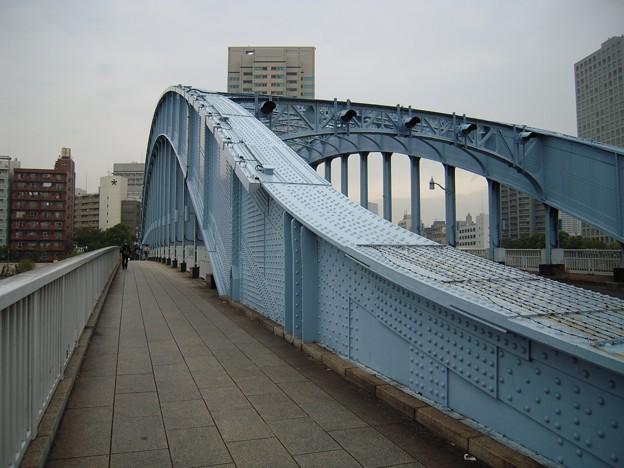 永代橋を渡る