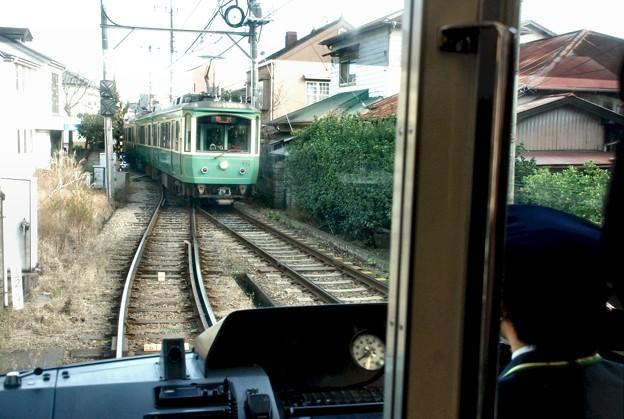 駅にて・対抗車線の電車待ちの江ノ電-D80-124