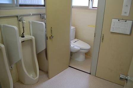 2階男性トイレ。洋式でウォシュレット