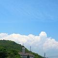 写真: 梅雨の晴れ間、竜王山の向こうに入道沸く