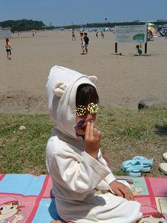 07061701浜辺でバスローブ