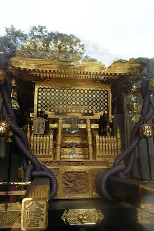 ガラス越しの黄金神輿