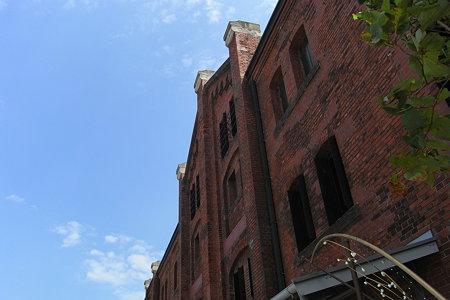 赤レンガ倉庫を見上げる
