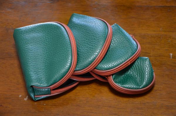 緑色の4つのポーチ