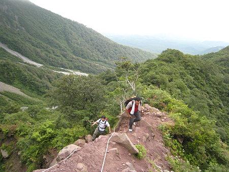 岩場を登るミノさんとキタムラさん